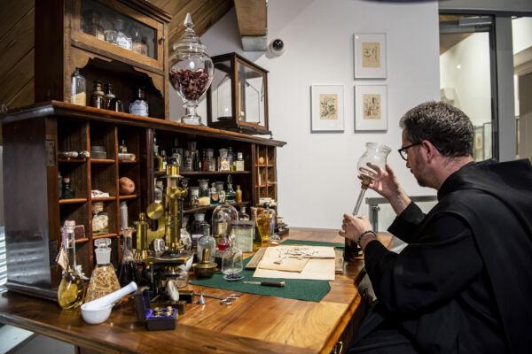 Egy parfümőr asztalát is megnézheted a pannonhalmi illatmúzeumban. (Fotó: Pannonhalmi Főapátság)